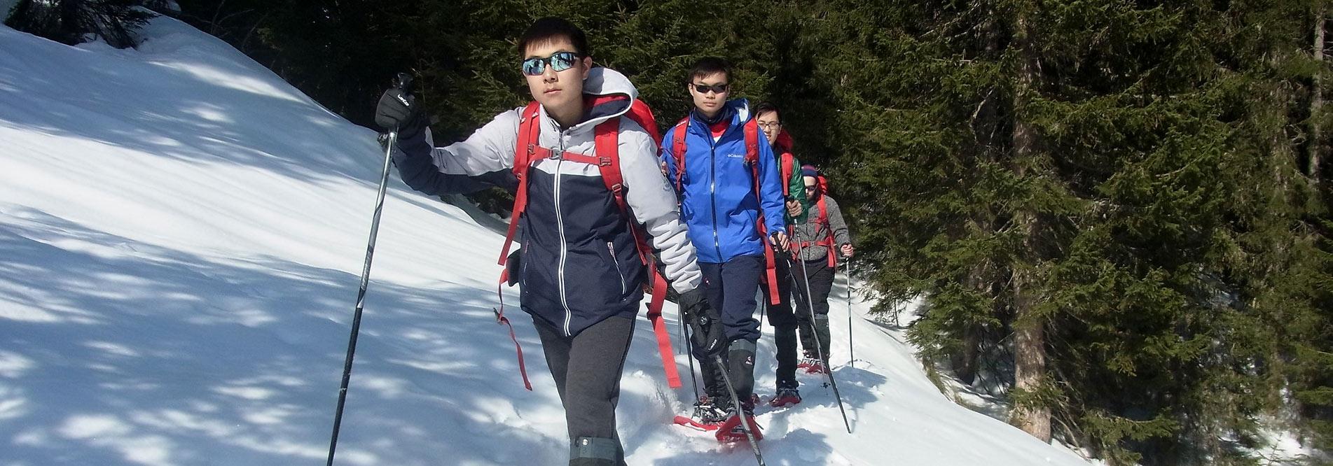 Erlebnispädagogik gibt es auch im Winter, wie hier bei einer Schneeschuhtour im Allgäu.